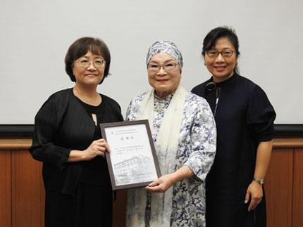 圖2:近史所呂所長致贈感謝狀予中琉文化經濟協會蔡名譽理事長及趙理事長