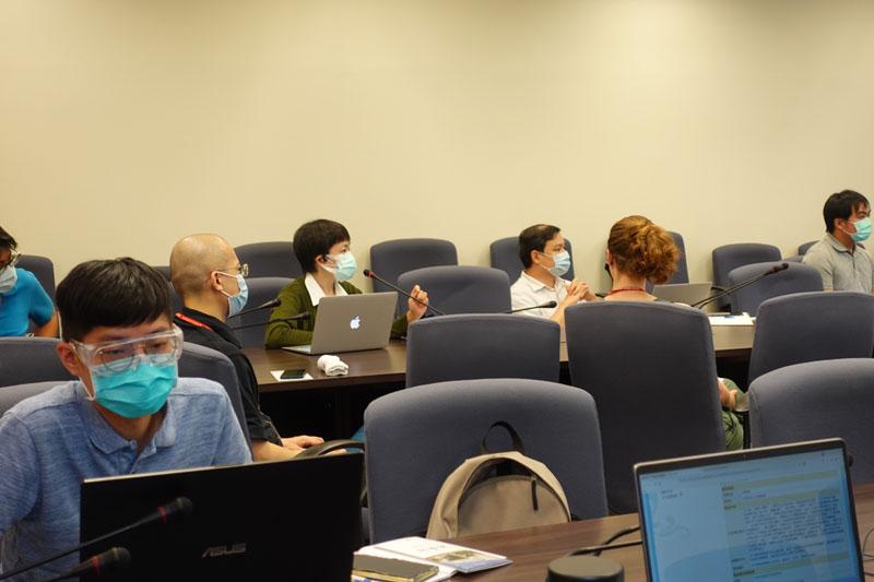 圖一:廖小菁助研究員(中綠衣者)針對館藏檢索系統功能提問。