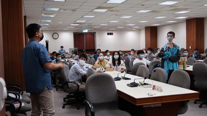 圖一:學員提問由王士銘博士(左立者)解答,全場同學亦聚精會神聆聽。