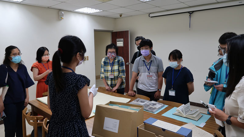 圖二:戴麗娟教授(左二紅衣者)與學員聽取館員導覽並瀏覽日記、信函、相片等檔案。