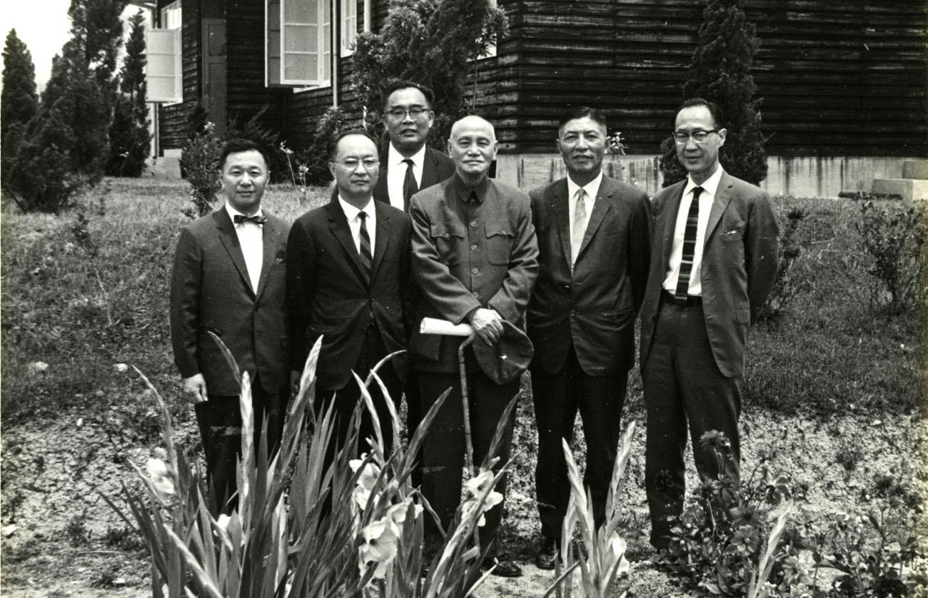 1967年7月,陪同劉大中、蔣碩傑、顧應昌、費景漢等四位院士在梨山行館向蔣總統報告台灣財經改革意見